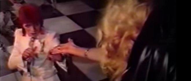 """David Bowie accompagné d'Amanda Lear dans le clip de """"Sorrow"""" (1973)."""