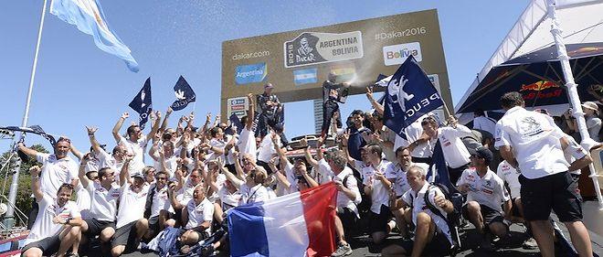 Contraste avec la débandade de 2015, toute l'équipe de Peugeot Sport en liesse après la victoire de Peterhansel au Dakar 2016