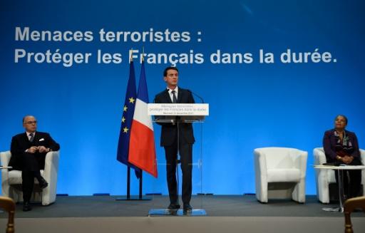 Le Premier ministre Manuel Valls (C), avec  la garde des Sceaux Christiane Taubira (D) et le ministre de l'Intérieur Bernard Cazeneuve (G), au palais de l'Elysée, le 23 décembre 2015 à Paris © ERIC FEFERBERG POOL/AFP/Archives