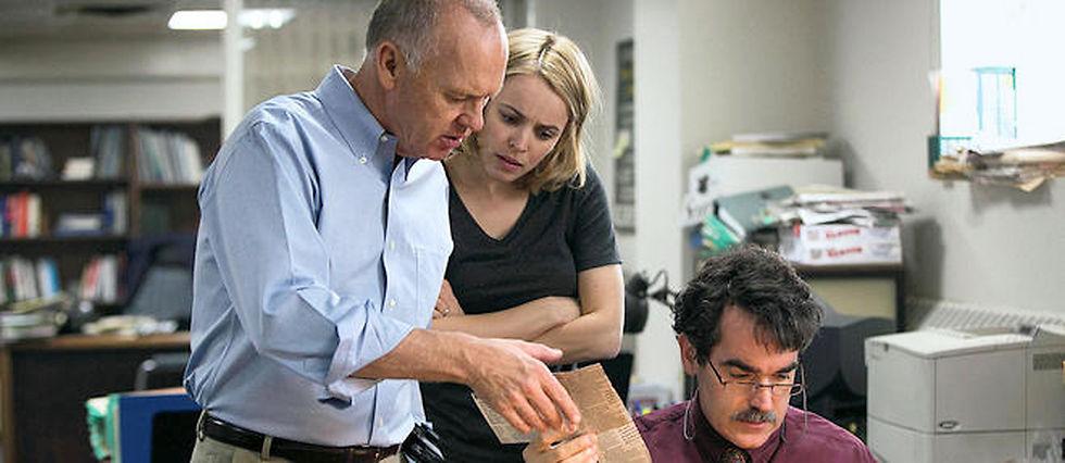 Dans le film, aucun sensationnalisme : l'action se passe surtout au bureau. C'est le travail d'investigation d'une équipe de journalistes acharnés (ici de g. à dr., Michael Keaton, Rachel McAdams et Brian d'Arcy James) qui déclenche tout.