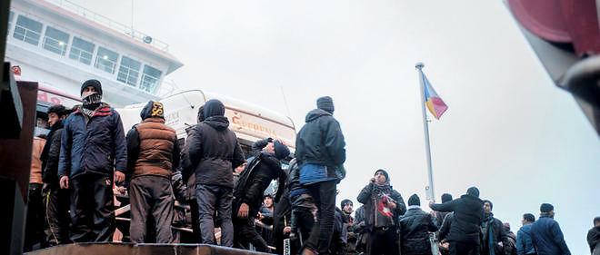 Des migrants dans le port de Calais, le 23 janvier 2016.