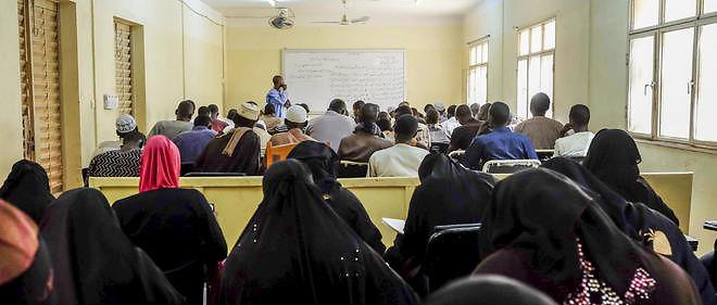 Cours de grammaire et apprentissage de l'arabe à Bamako, le 30 novembre 2015. Environ 60 élèves dans cette classe, dont une vingtaine de femmes présentent au fond de la salle. Hommes et femmes sont séparés dans les classes.