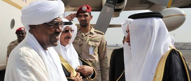 Poignée de main entre le président soudanais el-Béchir et un officiel saoudien à Médine en octobre 2013. Dans sa rivalité avec l'Iran, le Soudan est la grande prise de guerre africaine de l'Arabie saoudite.