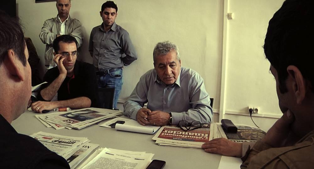 La rédaction d'El Watan à l'oeuvre autour de son chef.  ©  Contre-pouvoirs