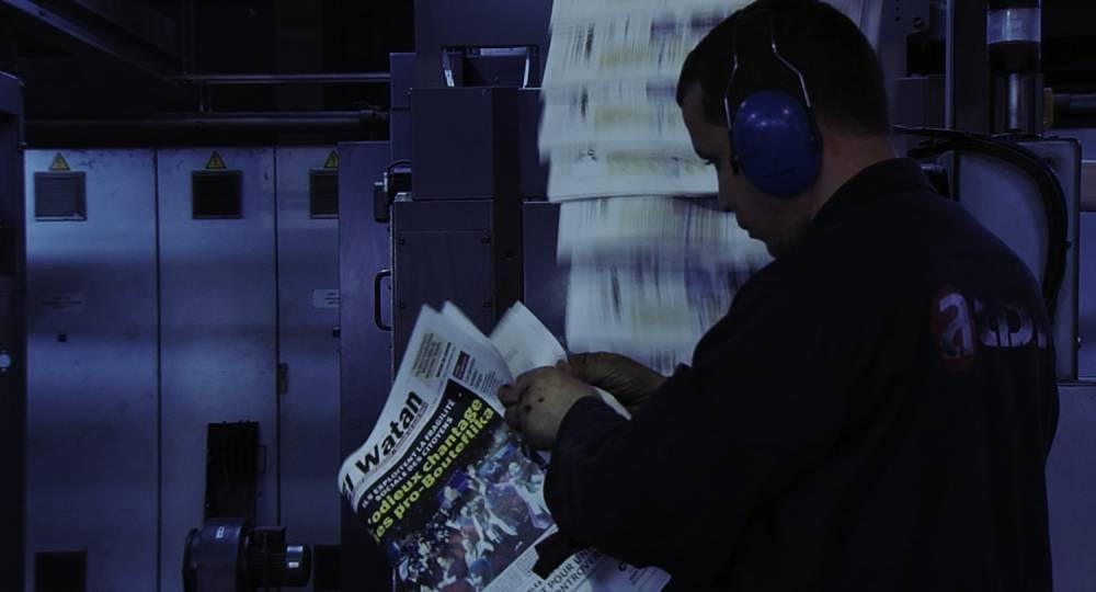 Un ouvrier de l'imprimerie d'El Watan vérifie le tirage du journal.  ©  Contre-pouvoirs