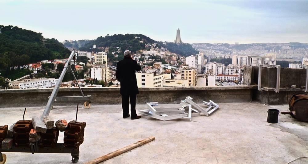 Le patron d'El Watan sur le toit de l'immeuble du journal et face à Alger. ©  Contre-pouvoirs