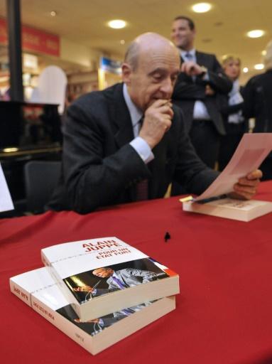 """Alain Juppé lors d'une séance de dédicace de son livre """"Pour un état fort"""" le 13 janvier 2016 à Metz © JEAN-CHRISTOPHE VERHAEGEN AFP/Archives"""