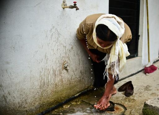 Une femme musulmane se lave les pieds avant d'aller prier à la mosquée à la périphérie de San Cristobal de Las Casas, dans l'Etat du Chiapas au Mexique, le 22 janvier 2016 © RONALDO SCHEMIDT AFP/Archives