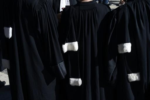 Des avocats en tenue. A Brest, le parquet est en manque d'encre, symbole de la grave pénurie de moyens de la justice française © REMY GABALDA AFP/Archives