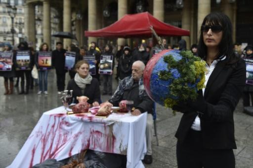 """Sous une pluie battante, les militants avaient dressé une table """"carniste"""" composée de têtes d'animaux morts baignées dans du faux sang © ALAIN JOCARD AFP"""