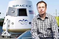 Au siège de SpaceX, à Hawthorne (Californie). Le milliardaire avec deux de ses créations : une Tesla modèle Roadster et « Dragon V2 », navette qui devrait transporter des astronautes sur la Station spatiale internationale... dès l'an prochain !  ©Ben BAaker/Redux-REA