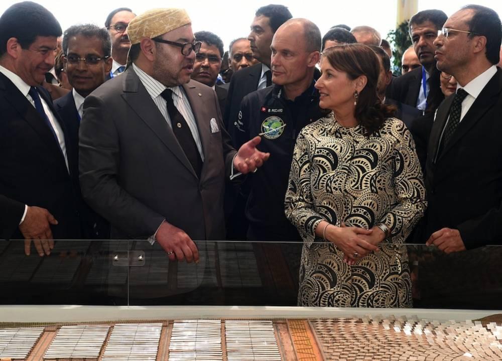 Le souverain chérifien, le roi Mohammed VI, et la ministre française de l'Ecologie, du Développement durable et de l'Energie, Ségolène Royal, lors de l'inauguration de la première tranche de la centrale solaire Noor le 4 février 2016. ©  AFP / FADEL SENNA