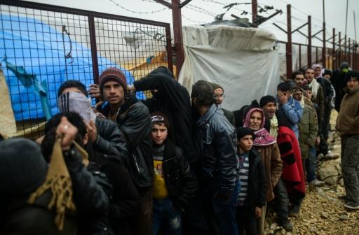 Des Syriens fuyant l'offensive des forces gouvernementales contre la ville d'Alep attendent à Bab al-Salam de pouvoir entrer en Turquie dont la frontière est toujours fermée, le 6 février 2016 © BULENT KILIC AFP