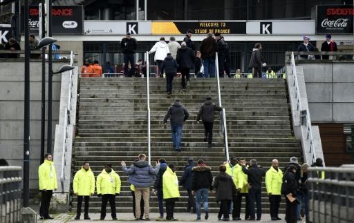 Des agents de sécurité fouillent les supporters à l'entrée du stade de France à Saint-Denis, le 6 février 2016 © FRANCK FIFE AFP