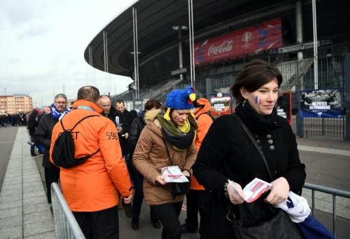 Des agents de sécurité contrôlent les supporters de l'équipe de France de rugby à l'entrée du stade à Saint-Denis, le 6 février 2016 © Franck FIFE AFP