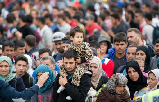 Des migrants attendent de prendre le bus à la frontière entre l'Autriche et la Hongrie, à Nickelsdorf, le 5 septembre 2015 © JOE KLAMAR AFP/Archives