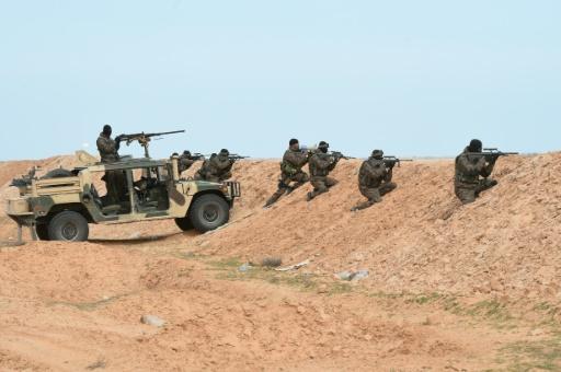 Des soldats tunisiens participent à un exercice à la frontière libyenne, le 6 février 2016 près du point de passage de Ras Jedir © FETHI BELAID AFP