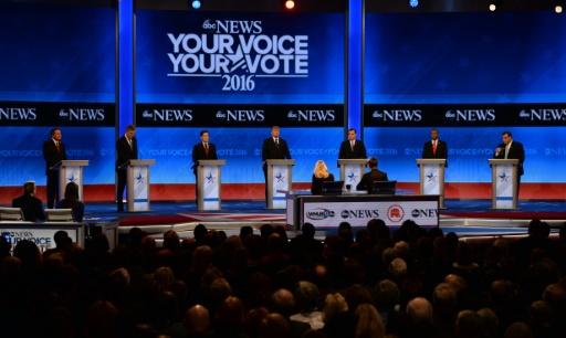 (g-d): John Kasich, Jeb Bush, Marco Rubio, Donald Trump, Ted Cruz, Ben Carson et Chris Christie, candidats républicains à la Maison Blanche, lors d'un débat à Manchester, le 6 février 2016 dans le New Hampshire © JEWEL SAMAD AFP
