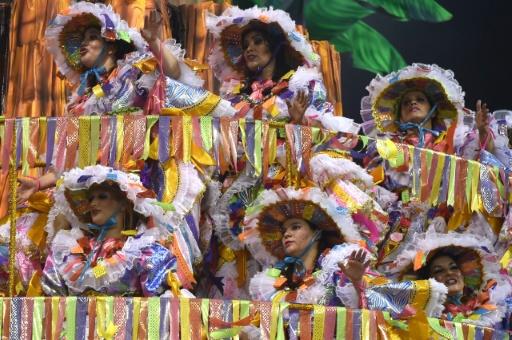 Des membres de l'école de samba Academicos do Tucuruvi lors d'un défilé à Rio de Janeiro, au Brésil, le 6 février 2016 © NELSON ALMEIDA AFP