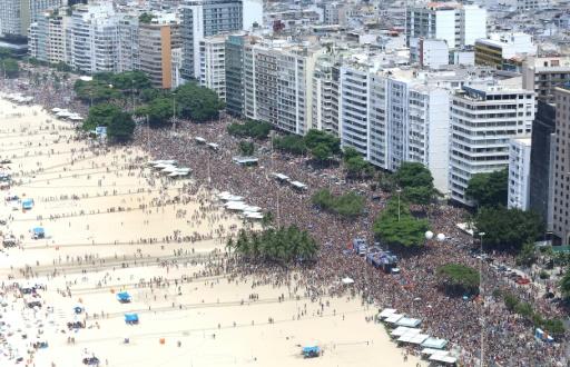 Des milliers de personnes assistent à un défilé de carnaval sur la plage de Copacabana, à Rio de Janeiro, le 6 février 2016, avant le coup d'envoi officiel de la fête © FERNANDO MAIA AFP