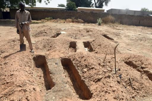 Des tombes pour les victimes de Boko Haram mais aussi pour les membres du groupe islamiste, le 2 février 2016 au cimetière de Gwange à Maiduguri, au Nigeria © PIUS UTOMI EKPEI AFP