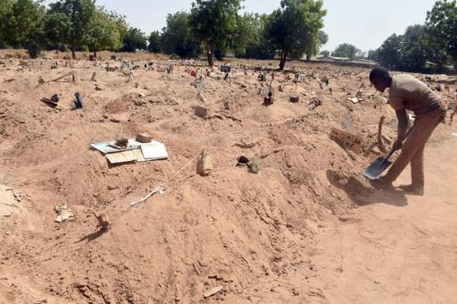 Des tombes où ont été enterrés les victimes de Boko Haram et les membres du groupe islamiste, le 2 février 2016 au cimetière de Gwange à Maiduguri, au Nigeria © PIUS UTOMI EKPEI AFP
