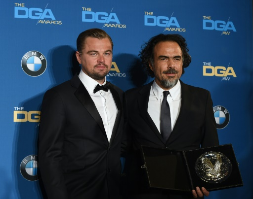 """Le réalisateur mexicain Alejandro Inarritu (d) et l'acteur américain Leonardo DiCaprio récompensés pour le film """"The Revenant"""", le 6 février 2016 à Los Angeles, en Californie © Valerie MACON AFP"""