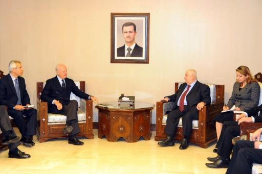 Photographie remise par l'agence de presse syrienne officielle Sana, montrant un entretien entre le ministre des Affaires étrangères, Walid Mouallem (c-d) et le médiateur de l'ONU, Staffan de Mistura (c-g), à Damas, le 9 janvier 2016 © - SANA/AFP