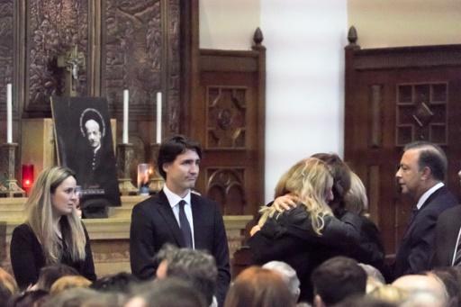 Le Premier ministre Justin Trudeau (c), le 6 février 2016 à Québec, lors de l'enterrement des victimes canadiennes des attentats de Ouagadougou © FLORENCE CASSISI STR AFP