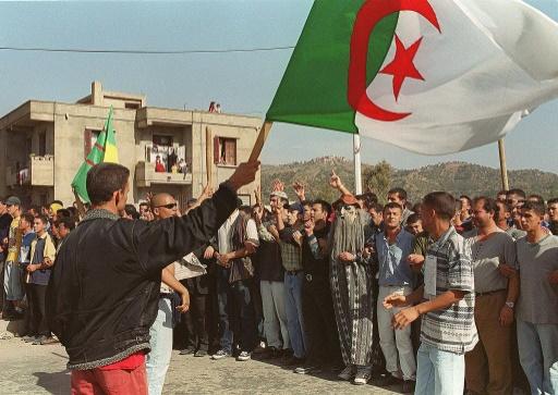 Des jeunes kabyles manifestent, le 1er novembre 2001 à Ighil Imoula, près de Tizi Ouzou, afin d'exprimer leur appartenance berbère et honorer la mémoire des martyrs de la guerre d'indépendance (1954-62) © HZ AFP/Archives