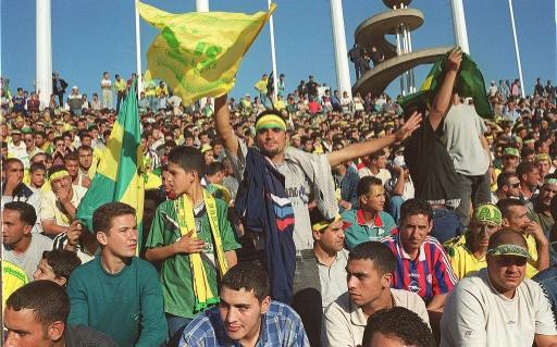 Des milliers de jeunes kabyles manifestent, le 1er novembre 2001 au stade du 05 juillet à Alger, afin d'exprimer leur appartenance berbère et honorer la mémoire des martyrs de la guerre d'indépendance (1954-62), dont le 1er novembre est le jour anniversaire du déclenchement. Quelques mois après la répression des émeutes qui a fait une soixantaine de morts et plus de 2.000 blessés en Kabylie, la révolte gronde toujours dans cette région © HZ AFP/Archives