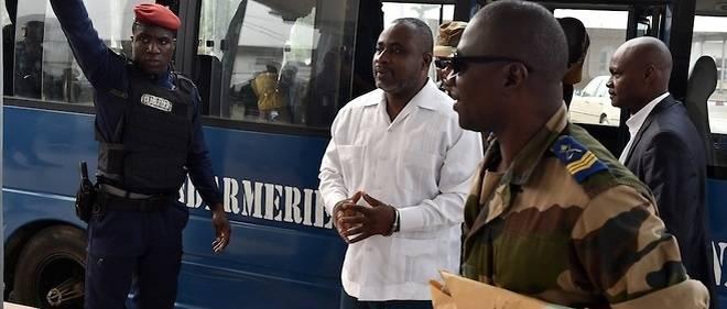 Anselme Seka Yapo, au centre, ex-chef de la sécurité de l'ancienne première Dame Simone Gbagbo, arrive le 1er février 2016 au tribunal d'Abidjan pour être jugé à propos du meurtre en septembre 2002 de l'ex-général Robert Guei.