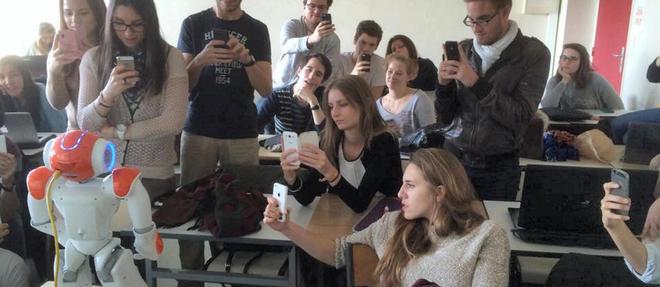Premier contact avec le robot domestique Nao, dans une classe de l'ecole Neoma, a Reims.