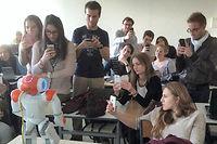 Premier contact avec le robot domestique Nao, dans une classe de l'école Neoma, à Reims.