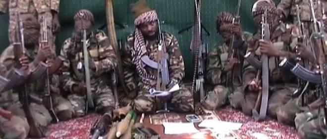 Capture d'écran datée du 25 septembre 2013 et montrant des membres de Boko Haram. Au centre se trouve Abubakar Shekau, le chef présumé du groupe islamiste qui opère depuis le Nigeria mais aussi dans les pays voisins : Tchad, Cameroun et Niger en premières lignes.