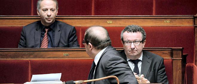 Pascal Cherki de dos (C) s'adresse à Laurent Baumel (à gauche) et à Christian Paul (à droite) durant le débat sur la loi Macron en février 2015. Un an plus tard, les mêmes ont bien l'intention de mener la fronde parlementaire contre la réforme du droit du travail.