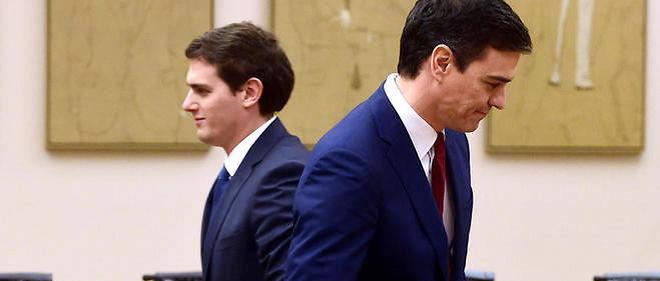 Pedro Sánchez, leader du PSOE (à droite), et Albert Rivera, de Ciudadanos, ont signé un accord le 24 février.