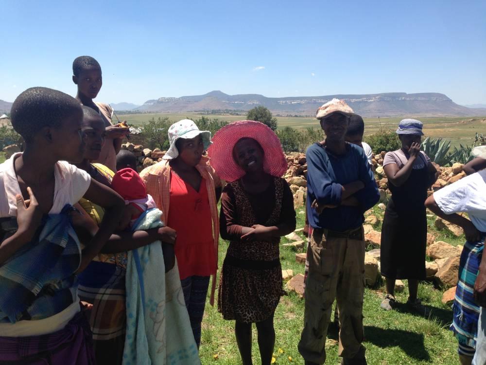 Les villageois désoeuvrés attendent une aide providentielle. ©  Liza Fabbian