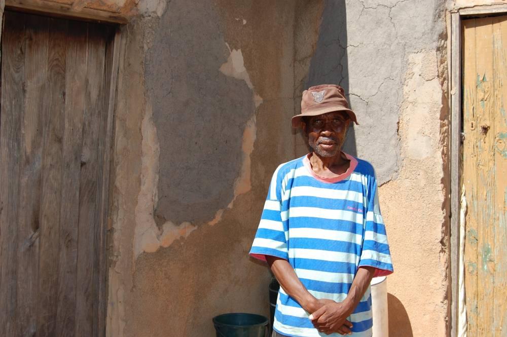 Keketsho Shai (59 ans) devant sa maison. Les malades du sida sont particulièrement vulnérables face à la crise. ©  Unicef/Patricia Nakell