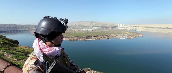 Sur le qui-vive. Un peshmerga garde le barrage de Mossoul, le 3 février.