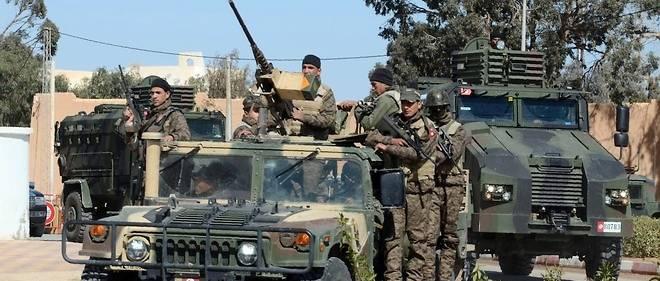 Des soldats tunisiens en patrouile à Ben Guerdane le 13 mars 2016.