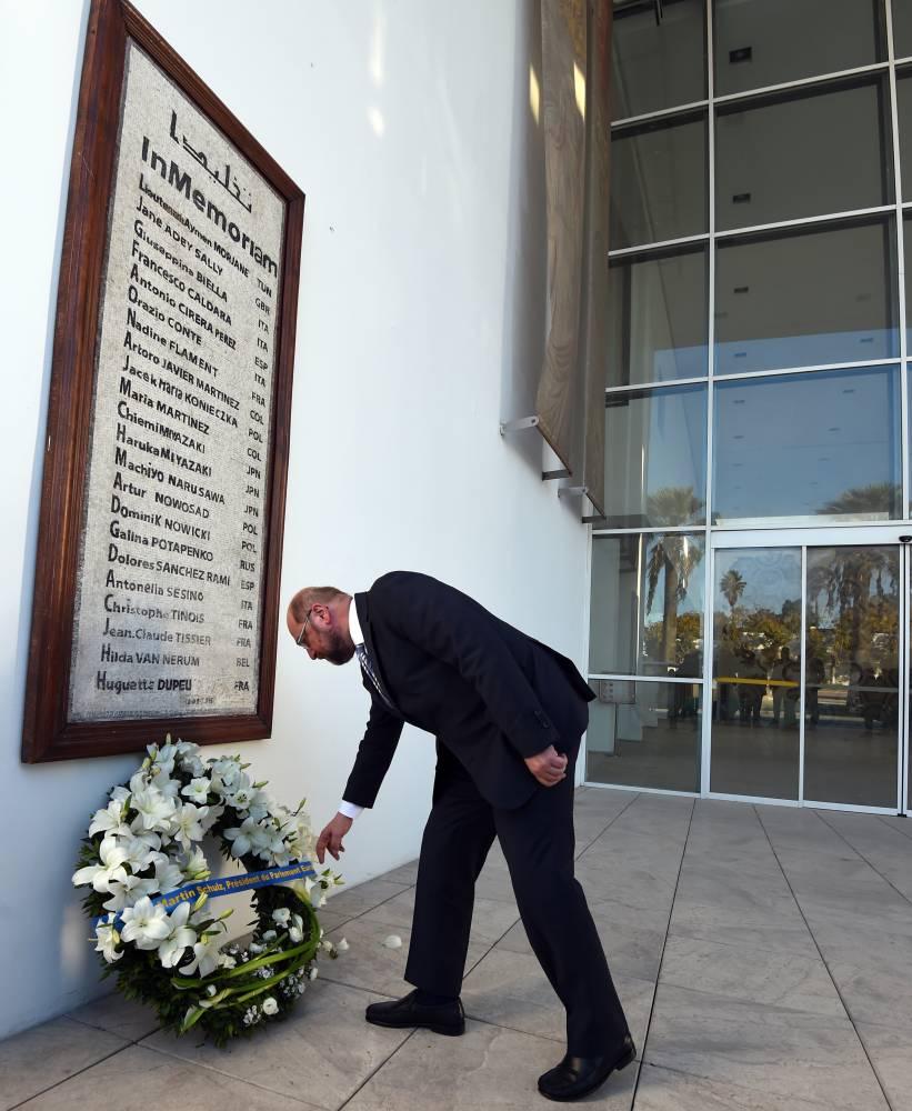 Martin Schulz, président du Parlement européen, dépose une gerbe au pied du monument érigé à la mémoire des victimes de l'attentat du Bardo du 18 mars 2015. ©  AFP / FETHI BELAID