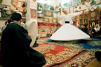 Un soufi se livre en tournant sur lui-même à une séance de dhikr, invocation répétitive de Dieu, dans une confrérie derviche d'Alep, en Syrie. Par la concentration, le dhikr permet à l'esprit ordinaire d'atteindre la Réalité divine, source de toutes les réalités. ©Nicolas Nilsson