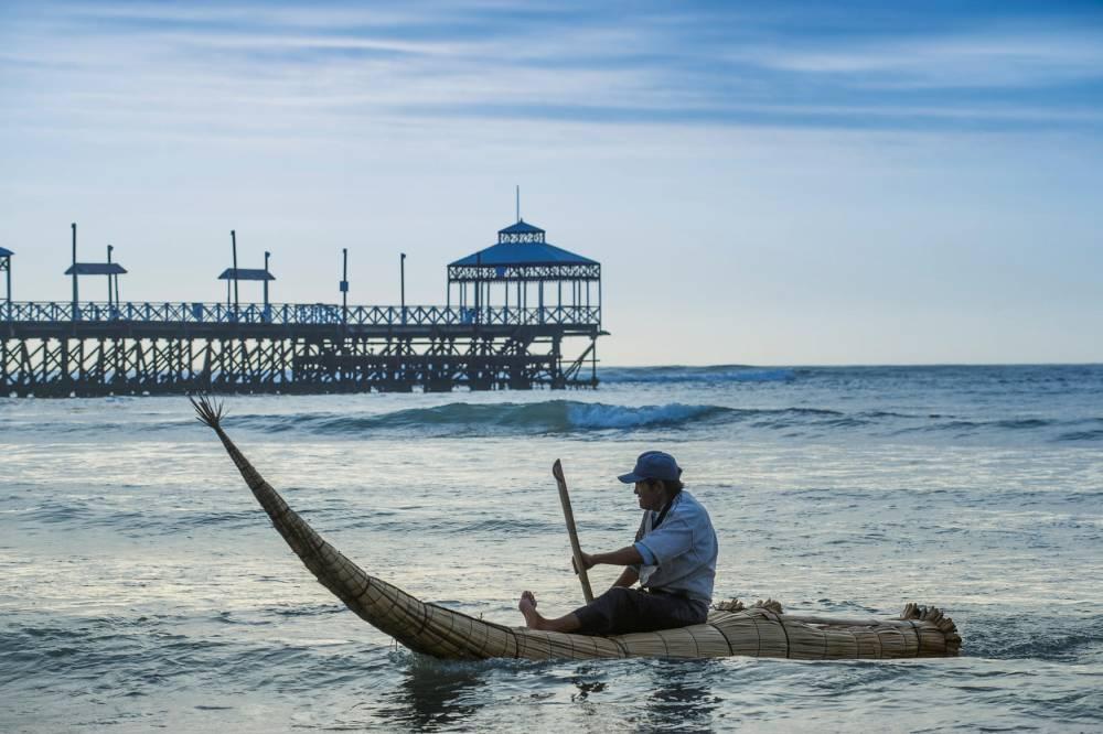 Les totoras, barques en roseaux sur la Playa Huancarute. La station balnéaire de Huanchanco. © Christophe Migeon