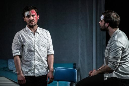 """Les comédiens Louka Petit-Taborelli (g) et Pierre Cuq jouent dans """"Cross ou la fureur de vivre"""", pièce à propos du harcèlement scolaire © JEFF PACHOUD AFP"""
