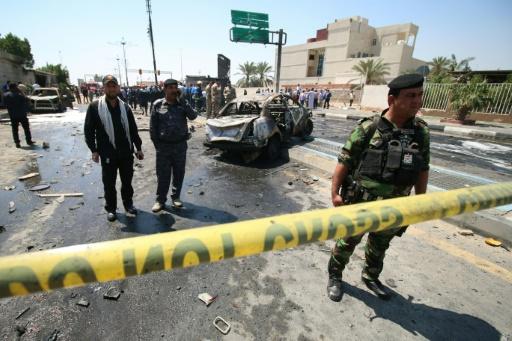 Les forces de sécurité et des urgentistes sur le site d'une attaque suicide, le 4 avril 2016 à Bassora en Irak © HAIDAR MOHAMMED ALI AFP