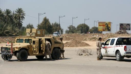 Les forces de sécurité irakiennes sur le site d'une attaque suicide, le 4 avril 2016 près de Bagdad © SABAH ARAR AFP