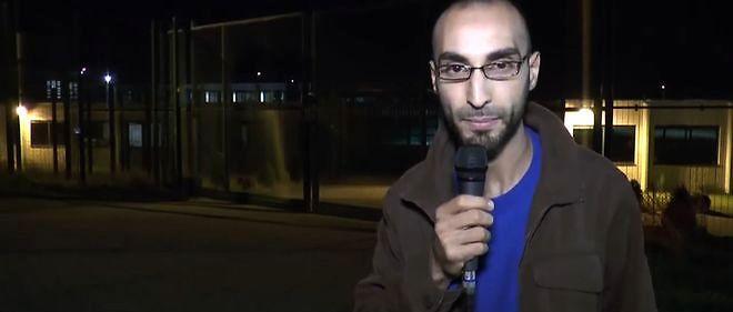 Fayçal Cheffou dans un de ses reportages devant un centre de rétention d'immigrants illégaux. Arrêté le jeudi 24 mars, il ne sera relâché que le lundi soir.