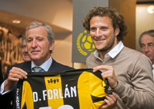 Juan Pedro Damiani, président du club uruguayen du Penarol Montevideo et le joueur Diego Forlan le 10 juillet 2015 à Montevideo © PABLO BIELLI AFP/Archives