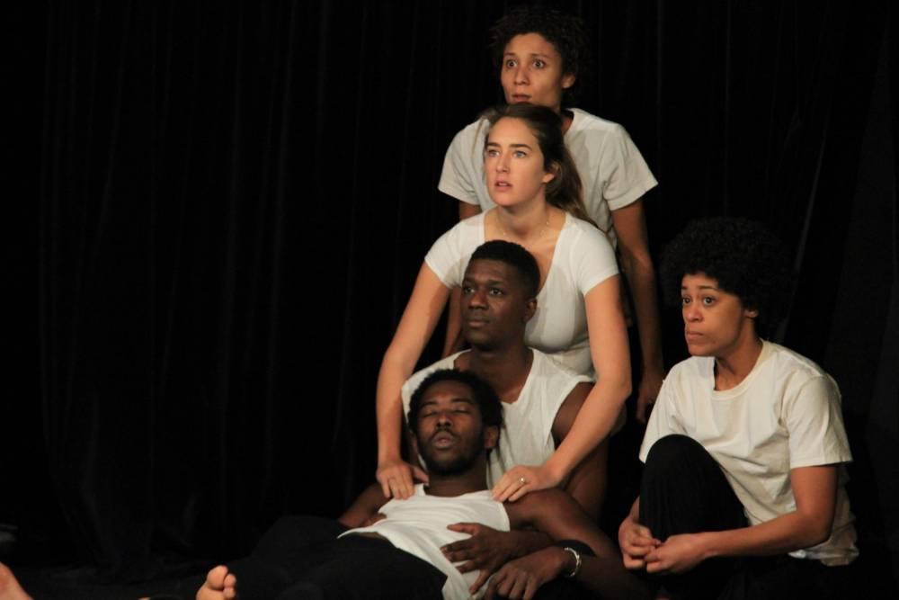 """La jeune troupe qui joue dans la pièce """"La fuite"""" de Driss Homet.  ©  DR"""